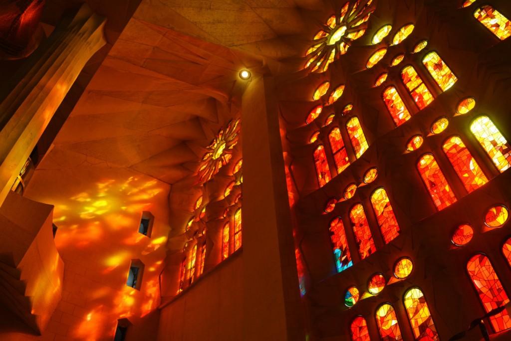 """Ярки отблясъци в интериора на базиликата """"Светото семейство"""", Барселона за туристи"""