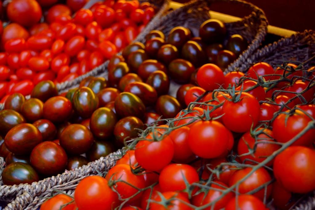Три испански рецепти с домат, Разнообразие от домати на пазара в Мадрид