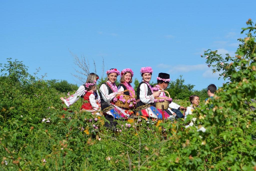 Български девойки, облечени в национални носии по време на Празника на розата