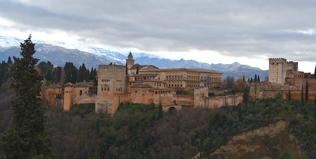 Гранада, Аламбра на фона на Сиера Невада